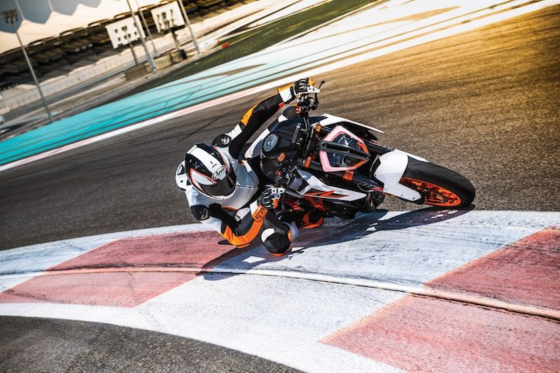 Ktm 1290 super duke r my17 action 02