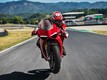 2018 Ducati Panigale V4 and V4S