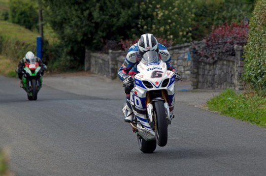 Dunlop on his way to the Superbike win