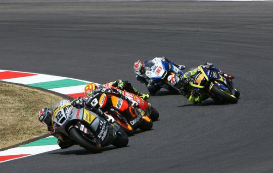 Smith battles for the Moto2 lead at Mugello